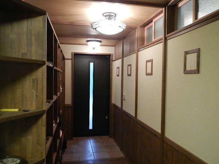 深い軒の家: 志賀建築設計室が手掛けた玄関&廊下&階段です。