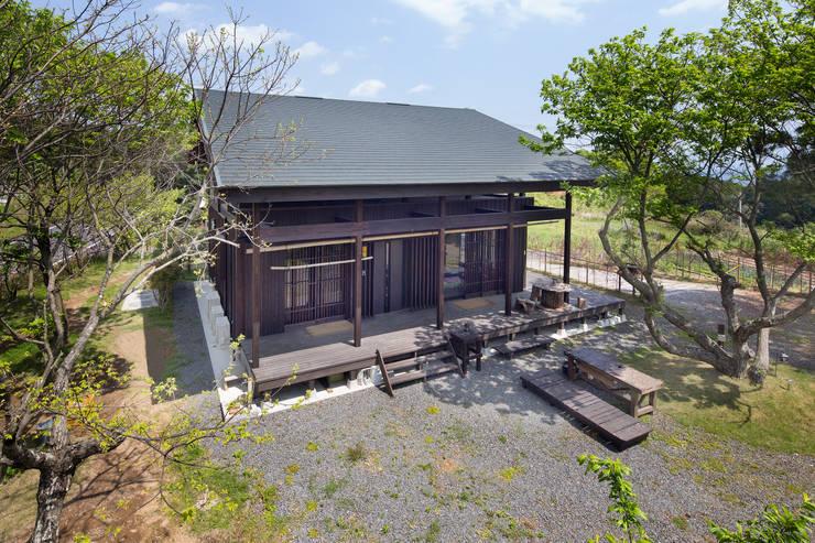深い軒の家: 志賀建築設計室が手掛けた家です。