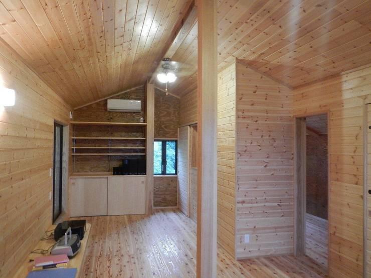深い軒の家: 志賀建築設計室が手掛けた和室です。