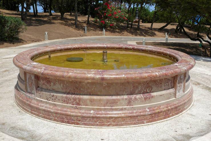 Fontana circolare in sicilian rose: Giardino in stile in stile Mediterraneo di CusenzaMarmi