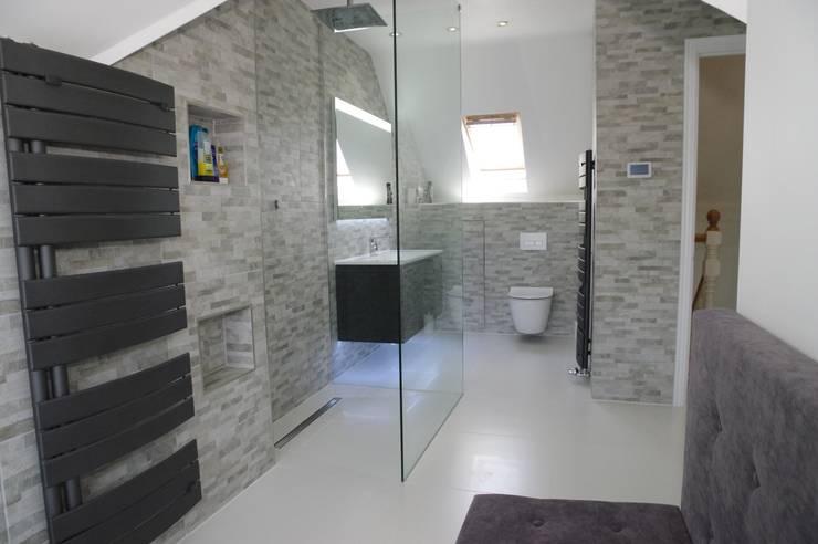 Bagno in stile in stile Moderno di PTC Kitchens