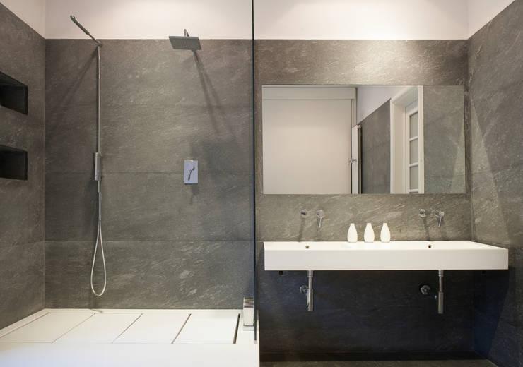 Baños de estilo  por 3C+M architettura