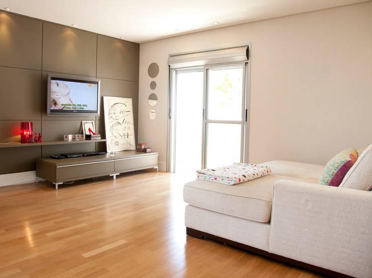 Apartamento Panamby: Salas multimídia minimalistas por Mariana Dias Arquitetura