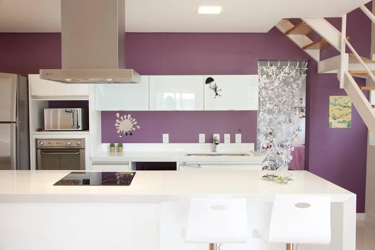 Apartamento Panamby: Cozinhas minimalistas por Mariana Dias Arquitetura