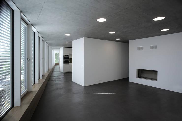 Einfamilienhaus Fehraltorf, Schweiz: moderne Wohnzimmer von mpp architekten ag
