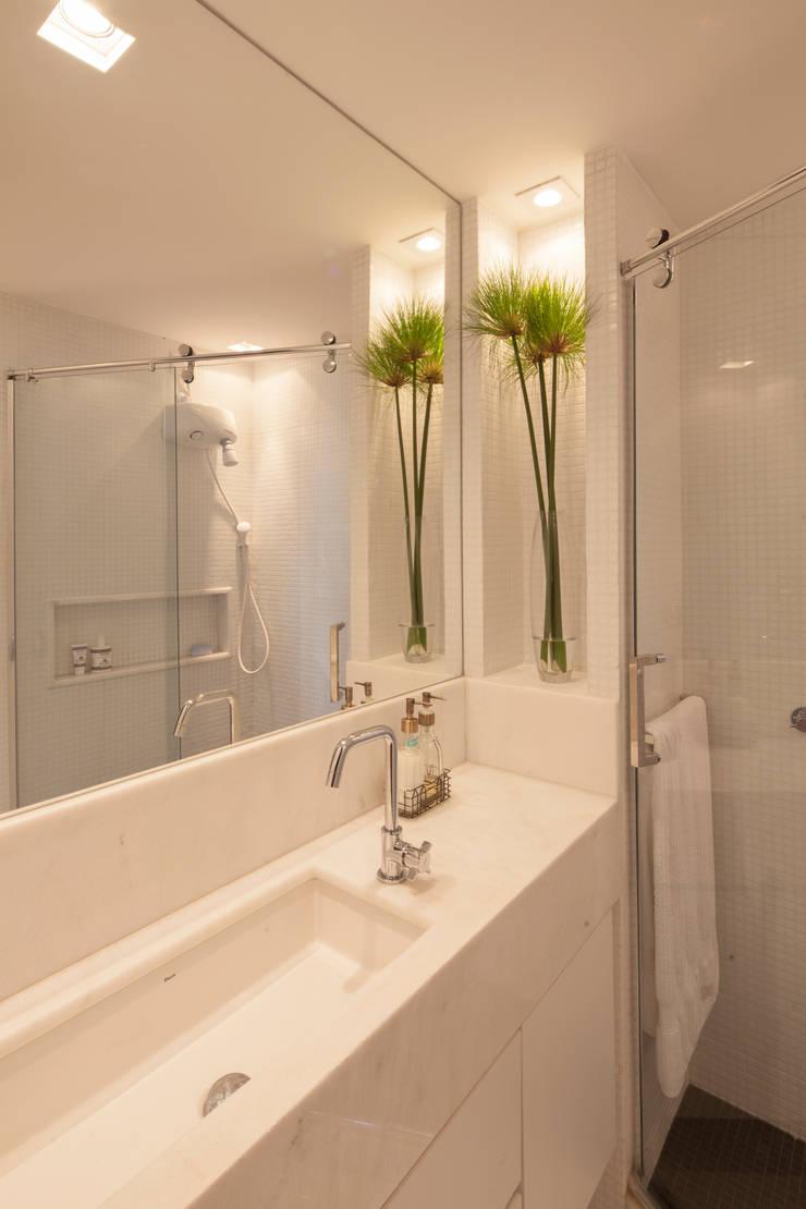 Apartamento 303: Banheiros  por Estúdio Barino | Interiores