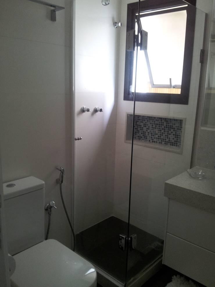 Apart em Ipanema: Banheiros  por Ana Adriano Design de Interiores,Moderno