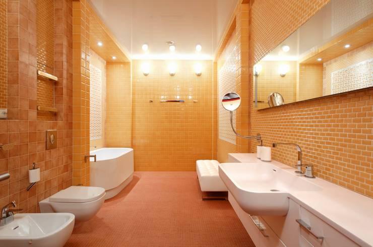 ДВУШКА: Ванные комнаты в . Автор – АРХИТЕКТУРНОЕ БЮРО АНДРЕЯ КАРЦЕВА И ЮЛИИ ВИШНЕПОЛЬСКОЙ