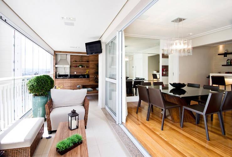 Terraço integrado ao Living/ Sala de Jantar : Terraços  por Cavalcante Ferraz Arquitetura / Design ,Moderno