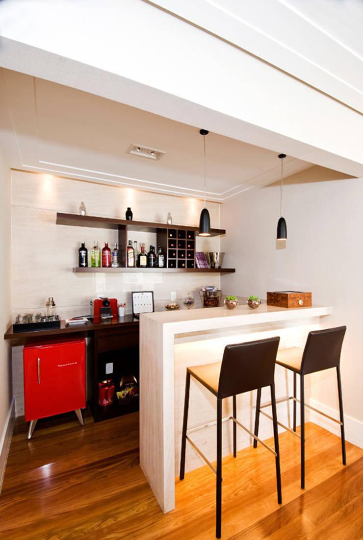Bar/ Adega : Adegas  por Cavalcante Ferraz Arquitetura / Design ,Moderno