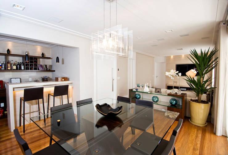 Sala de Jantar integrada ao Bar : Salas de jantar  por Cavalcante Ferraz Arquitetura / Design ,Moderno