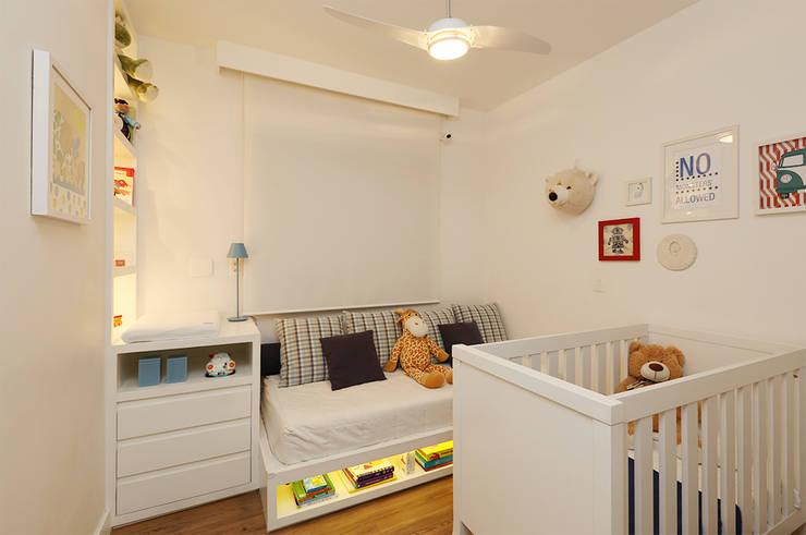 Casa 2 Arquitetos: modern tarz Çocuk Odası