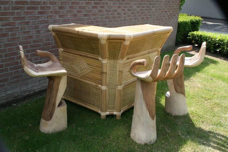 Bartafel met handvormige barkrukken: tropische Eetkamer door Bamboe design