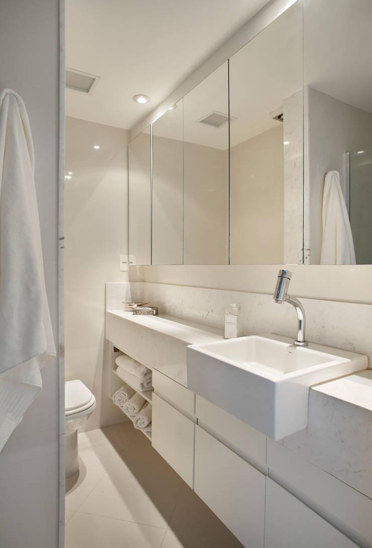 Apartamento 08: Banheiros  por Estúdio Barino | Interiores