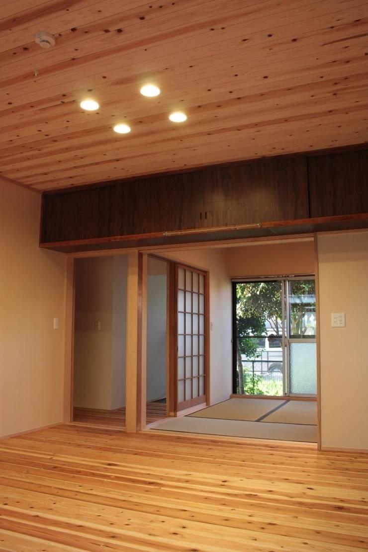 改修後のLDKに続く和室: 一級建築士事務所 CAVOK Architectsが手掛けたです。