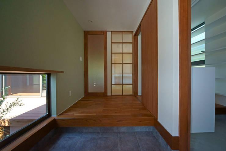 SMOOTH HOUSE: 株式会社プラスディー設計室が手掛けた廊下 & 玄関です。