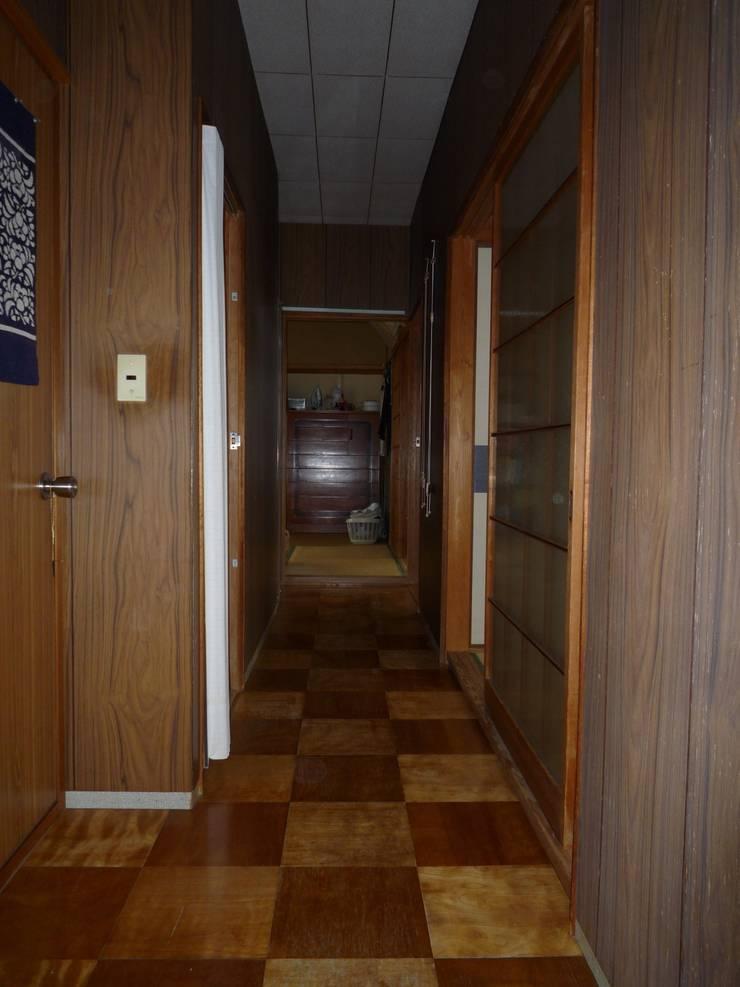 改修前の廊下: 一級建築士事務所 CAVOK Architectsが手掛けたです。