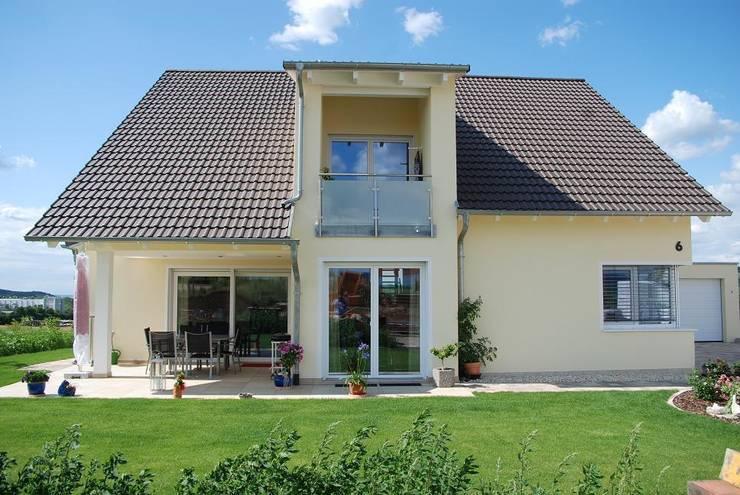 Tерраса в . Автор – WUNSCHhaus - die innovative Wohnbau GmbH