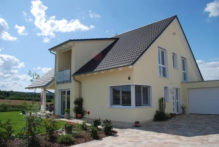 Projekty, klasyczne Domy zaprojektowane przez WUNSCHhaus - die innovative Wohnbau GmbH