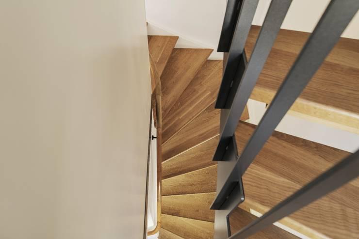 Pasillos y vestíbulos de estilo  por Beat Nievergelt GmbH Architekt