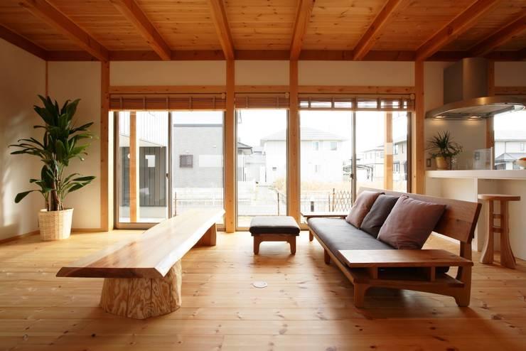 Living room by 三宅和彦/ミヤケ設計事務所, Asian