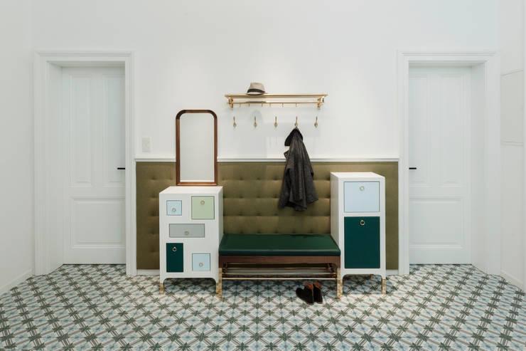 Garderobe:  Flur, Diele & Treppenhaus von Tischlerei Krumboeck
