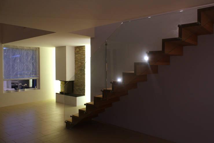 Treppe:  Flur, Diele & Treppenhaus von wohlgemuth & pafumi | architekten ag