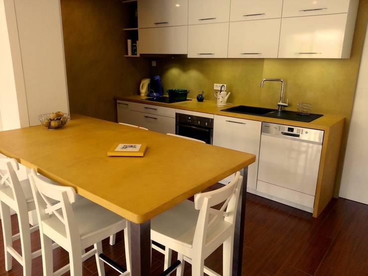 beton cire : Cuisine de style  par Atelier des sols