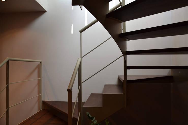 Scala di collegamento : Ingresso & Corridoio in stile  di Studio Architettura Tre A