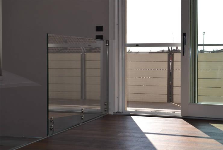 Dettaglio parapetto in vetro e uscita sulla terrazza: Ingresso & Corridoio in stile  di Studio Architettura Tre A