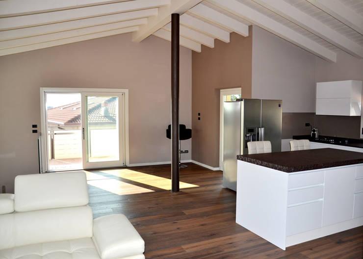 Residenza CD: Soggiorno in stile  di Studio Architettura Tre A