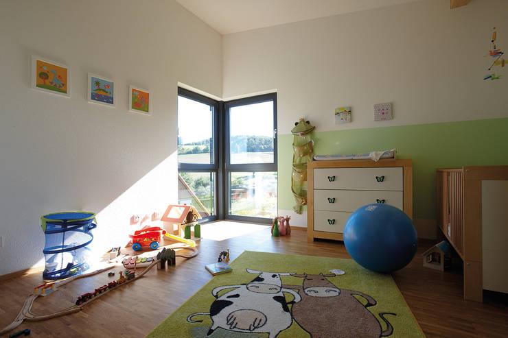 LEBENSQUALITÄT SPIELT DIE HAUPTROLLE - frei geplantes Kundenhaus:  Babyzimmer von FingerHaus GmbH