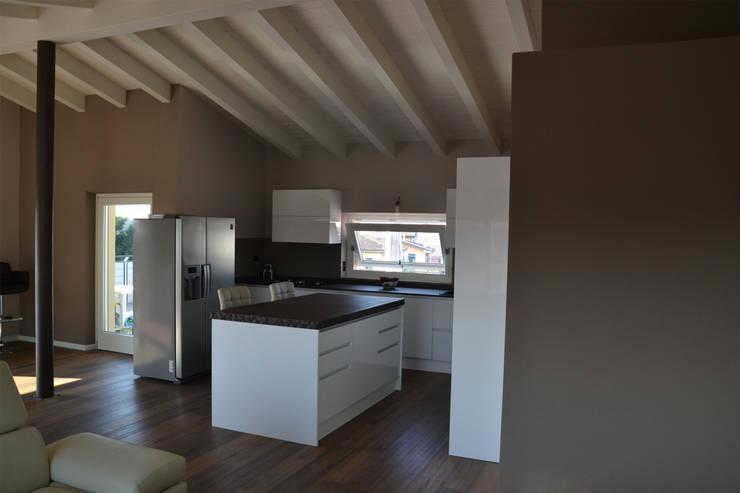 Residenza CD: Cucina in stile  di Studio Architettura Tre A