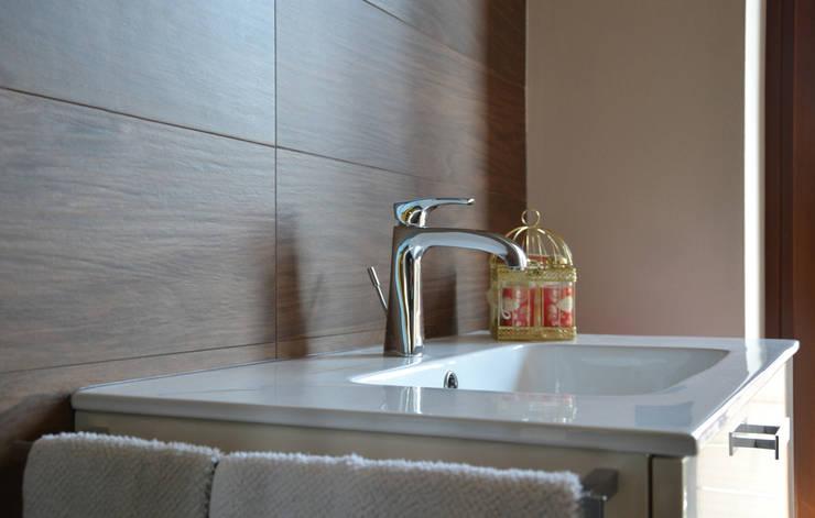 Residenza CD: Bagno in stile  di Studio Architettura Tre A