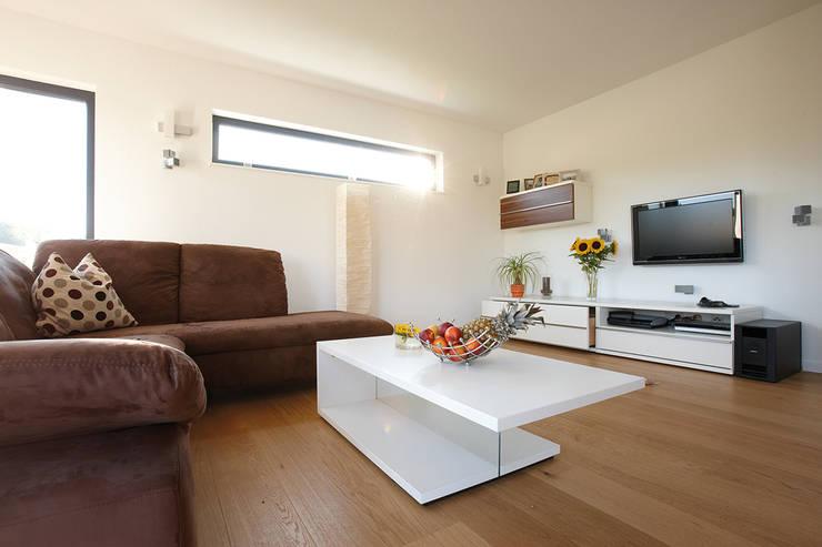 ห้องนั่งเล่น by FingerHaus GmbH