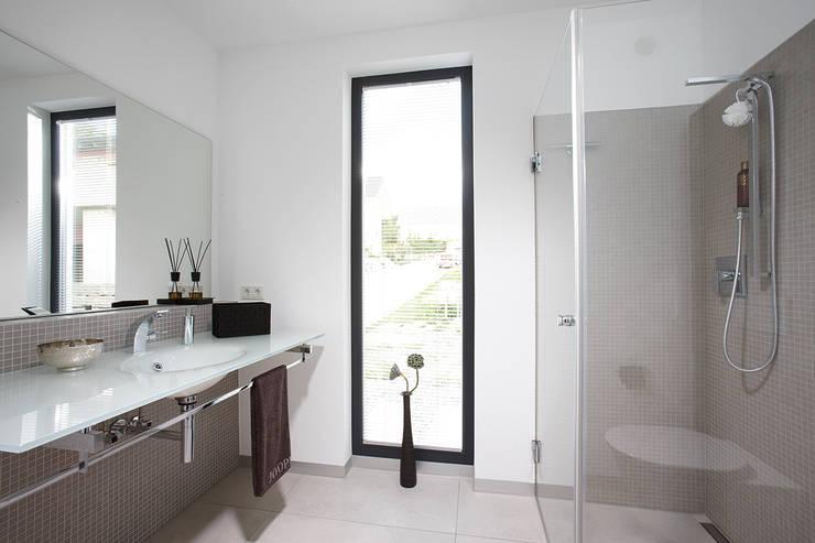 Banheiros modernos por FingerHaus GmbH