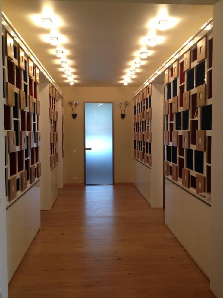 Декоративный шкаф-стеллаж в коридоре: Прихожая, коридор и лестницы в . Автор – Территория Дизайна