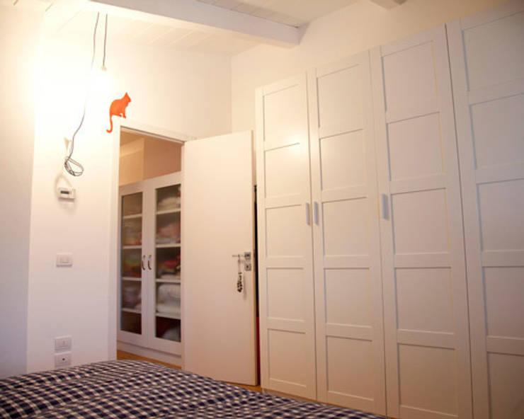 loft a milano: Camera da letto in stile  di archiexpress