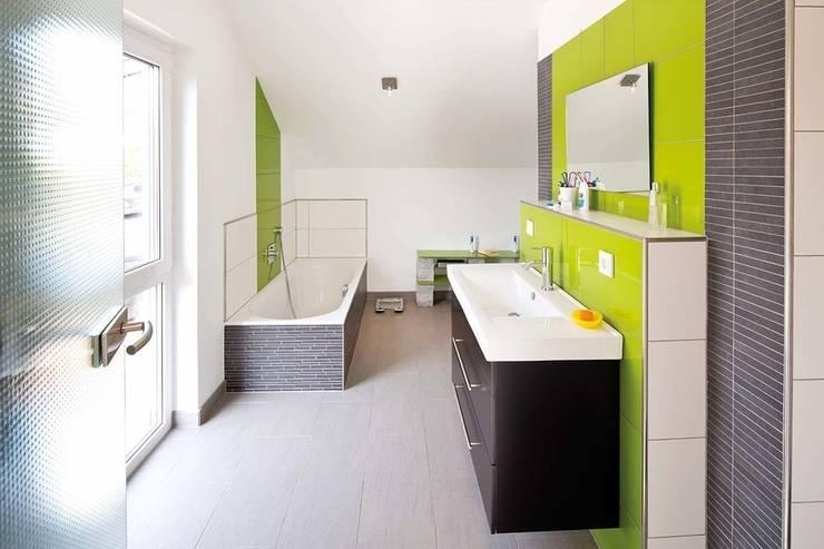 Frei geplantes Kundenhaus - Badezimmer: moderne Badezimmer von FingerHaus GmbH