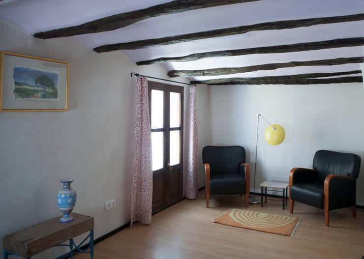 La casa de Karen -06: Salones de estilo  de FGMarquitecto