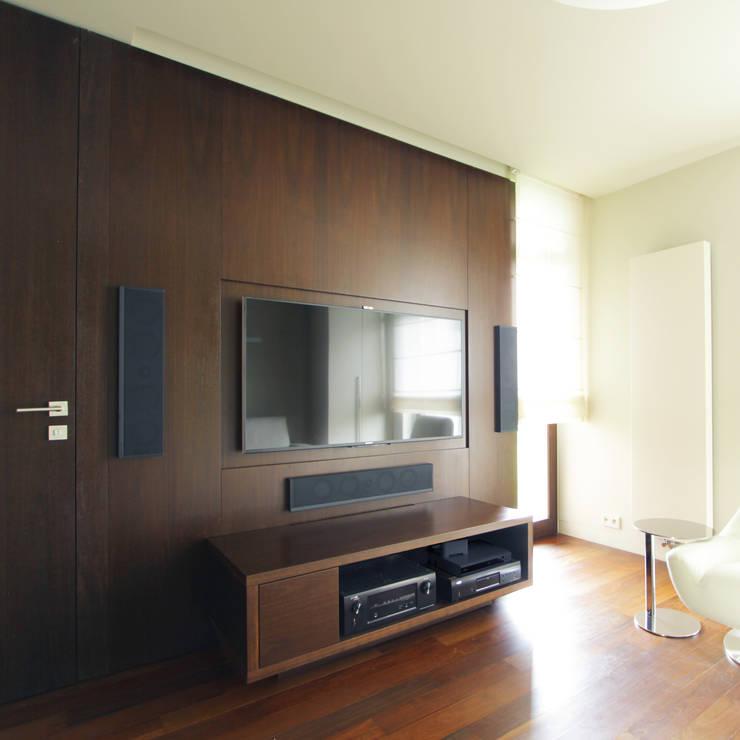 Dom jednorodzinny w Chybach: styl , w kategorii Pokój multimedialny zaprojektowany przez Studio Nomo