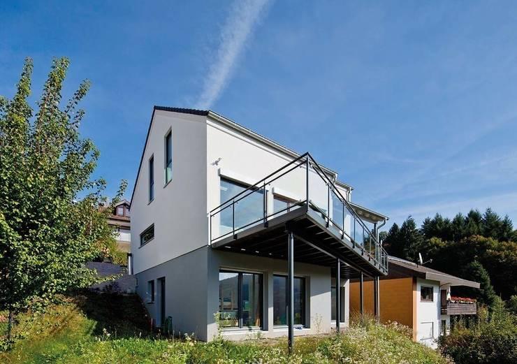 Frei geplantes Kundenhaus - Großzügiger, asymmetrischer Balkon auf Stützen:  Einfamilienhaus von FingerHaus GmbH