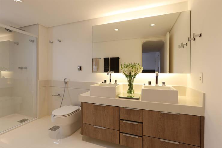 Banho Master: Banheiros modernos por Casa 2 Arquitetos