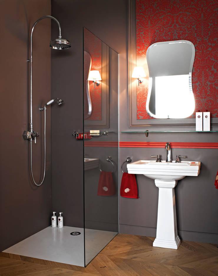 Basin on pedestal and wall shower thermostatic mixer on column Klassische Badezimmer von HORUS Klassisch