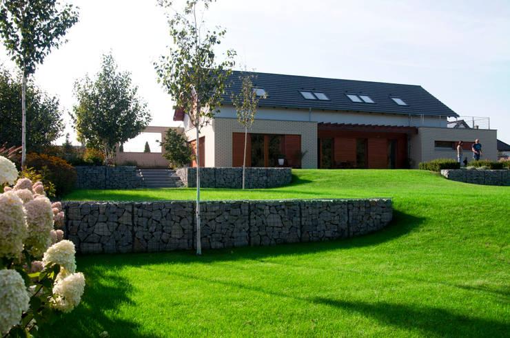 OGRÓD LINEARNY: styl , w kategorii Ogród zaprojektowany przez SPRING architektura krajobrazu,Nowoczesny