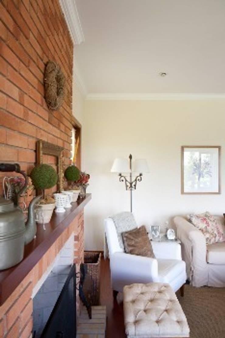 Campos do Jordão: Sala de estar  por Liliana Zenaro Interiores,
