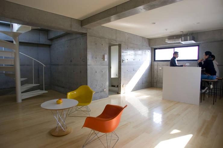 .: アトリエ・バウ 1級建築士事務所が手掛けたリビングです。
