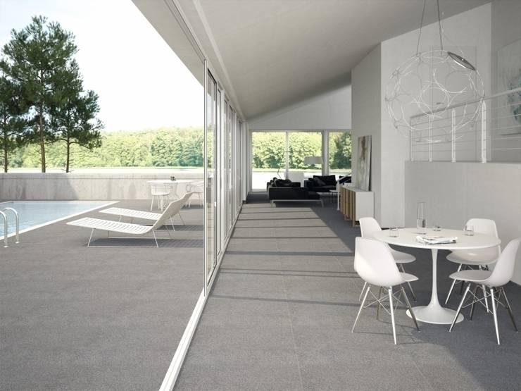 Gres porcelánico modelo PLANE: Terrazas de estilo  de INTERAZULEJO