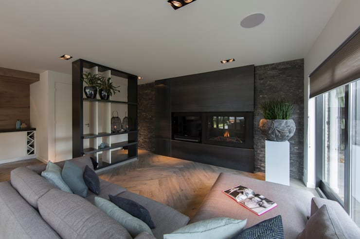 Tuin-Lounge: moderne Woonkamer door Medie Interieurarchitectuur