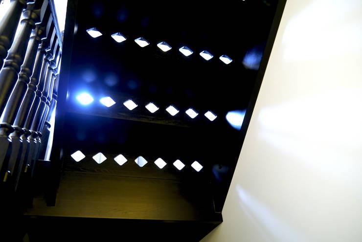 Карповы Вары: Прихожая, коридор и лестницы в . Автор – Cameleon Interiors,
